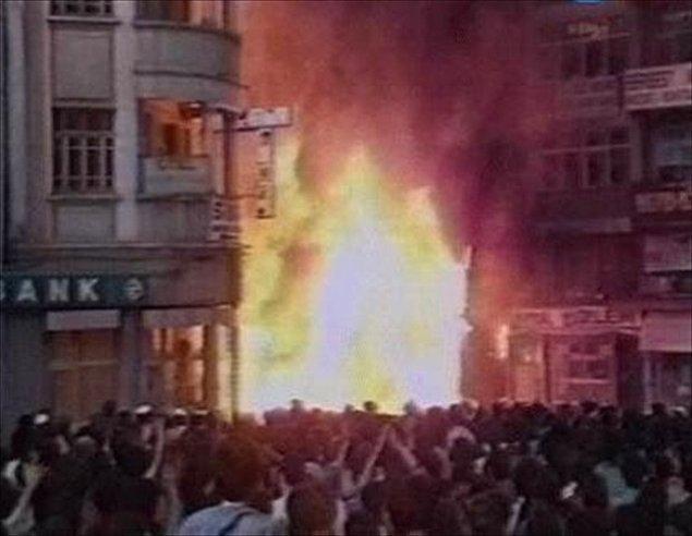 """8) Madımak katliamı"""" olarak tarihe geçen olayda Asım Bezirci, Nesimi Çimen, Muhlis Akarsu, Metin Altıok ve Hasret Gültekin'in de aralarında bulunduğu 33 yazar, ozan, düşünür ile 2 otel çalışanı yanarak ya da dumandan boğularak hayatlarını kaybetti"""