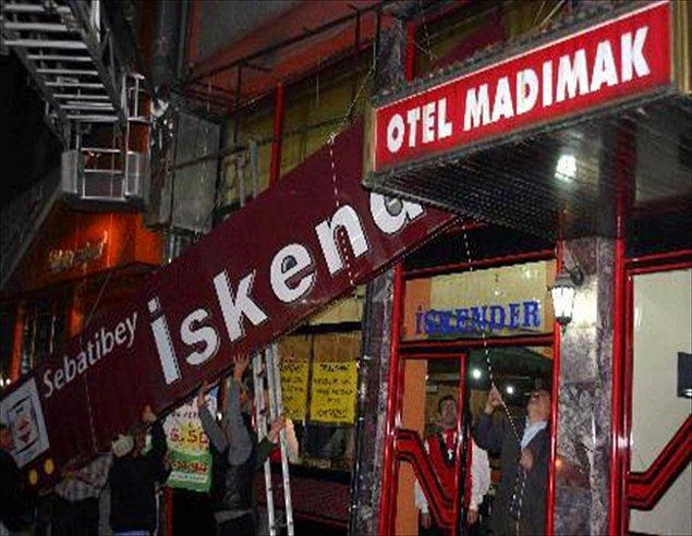 24) Otelin Kültür Merkezine mi müzeye mi dönüştürüleceği tartışılırken, otelin aşağısında açılan et lokantası büyük tepki aldı.  Tepkiler üzerine lokanta başka bir yere taşındı