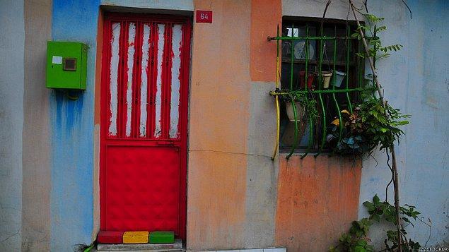 1. Gecekonduya hep içinden değil dıştan renkleri ile bakmak gerekir bazen. İçinde yaşayanın ruh hali yansır kapısına, duvarına, penceresine...