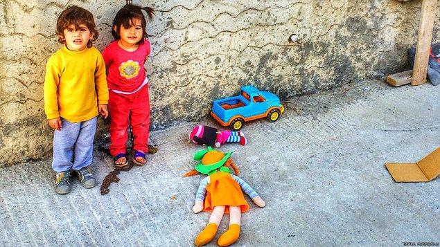 9. Sokak arasında oyun oynayan 2 güzel çocuk