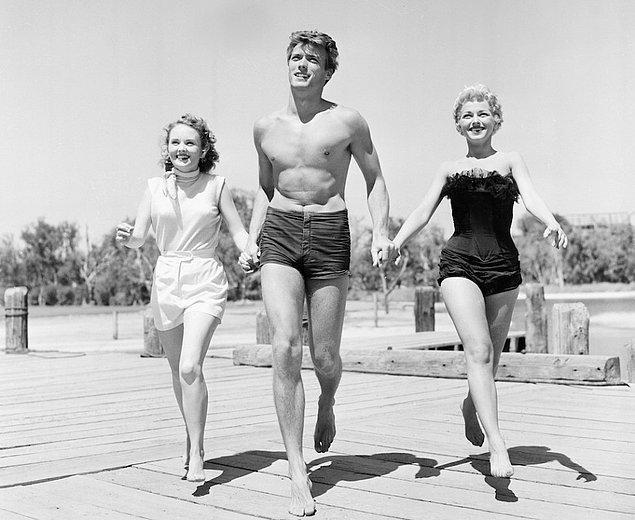 4. Clint Eastwood, San Francisco'da yanında Olive Sturges ve Dani Crayne isimli aktrislerle (1954)
