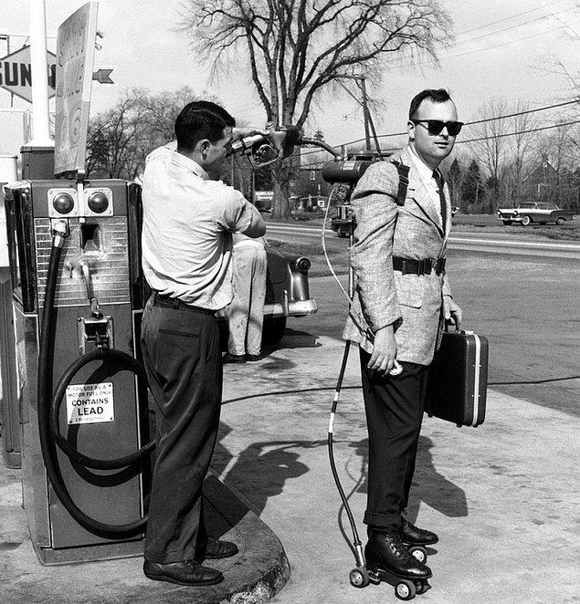 7. Bir pazarlamacı motorlu patenlerine benzin doldurtuyor (1961)
