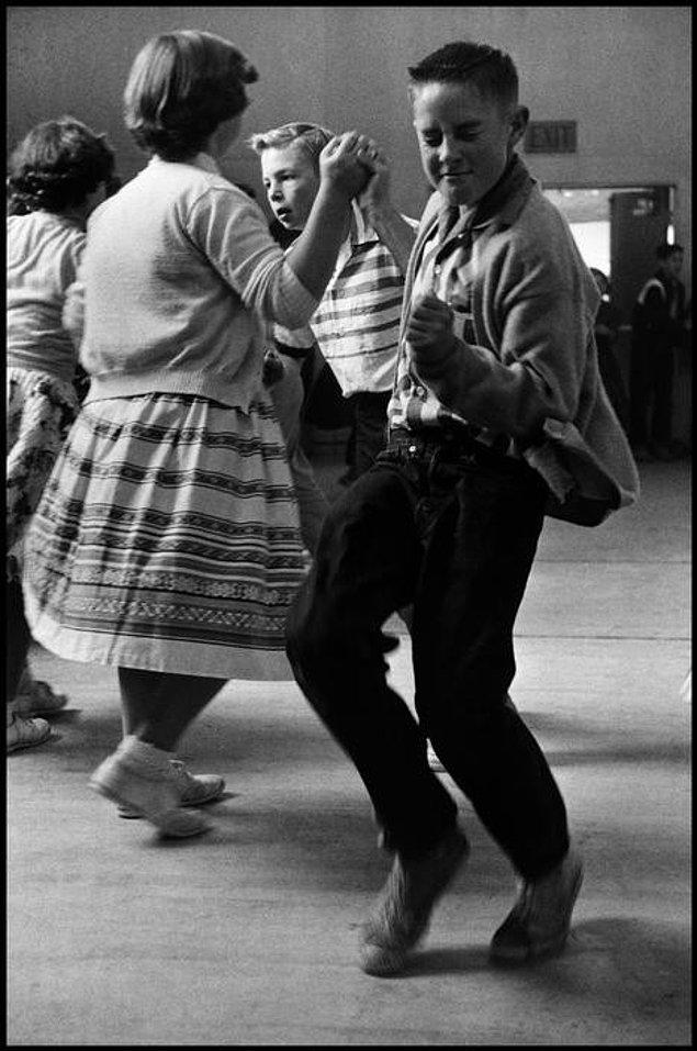 9. İlkokul çocuklarının dans etmeyi bildiği zamanlarda, bir çocuk pistin ortasında şovunu sergiliyor (1950)