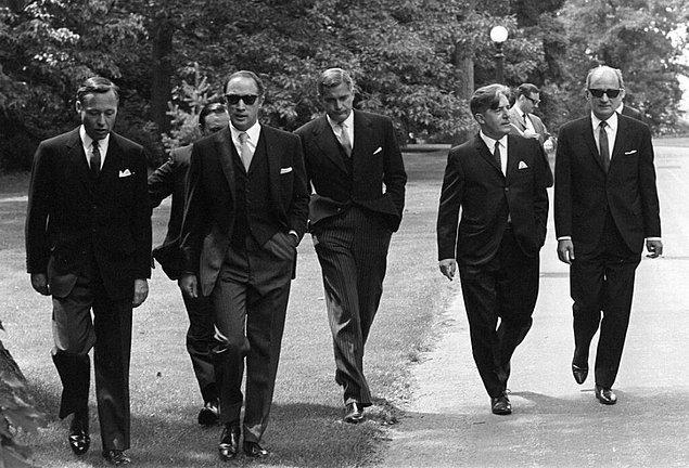 28. Nasıl takım elbise giyileceğini bilen Kanada Başbakanı Pierre Trudeau ve kurmayları (1968)