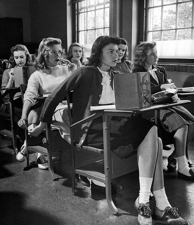 44. 1944 yılında ders esnasında mesajlaşmayı gösteren bir kare