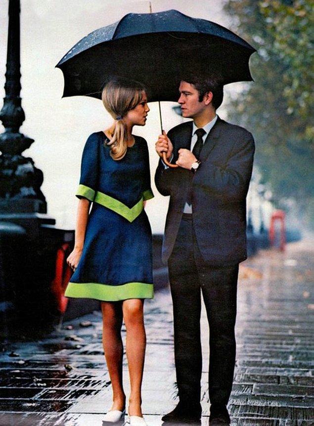 46. Londra'da yağmur altında yürüyen şık bir çift (1963)