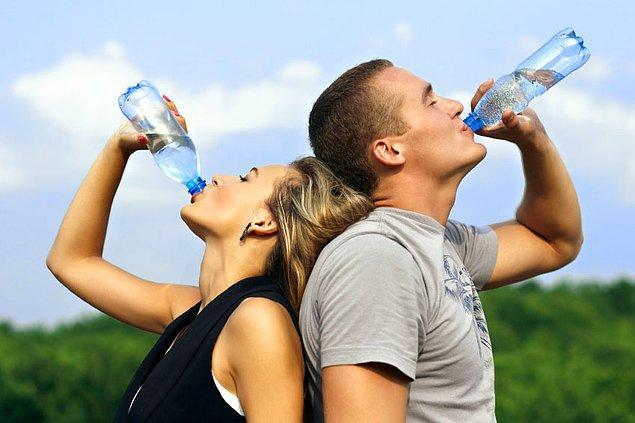 10. Aşırı sıcaklarda susuzluk hissi olmasa bile her gün en az 21-14 su bardağı sıvı tüketilmeli.