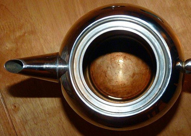 13. Çaydanlığınızın içinde biriken kireç tortusunu temizlemek için, 15 dakika kadar içinde sirke kaynatın