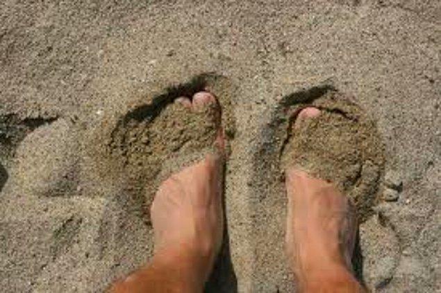 2. Aşk kumlu ayaklara rağmen sevebilmektir