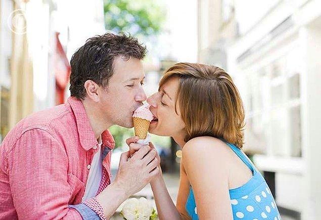 7. Aşk bir külah dondurmaya dil atabilmektir
