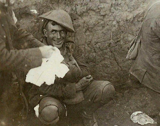 3. Delilik; Yakınlarına top mermisi düşmüş olan bir asker şok geçiriyor. ( Courcelette Savaşı Eylül 1916 )