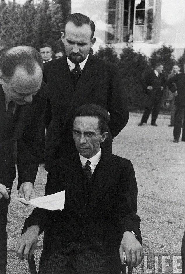 6. Nefret;  Adolf Hitler'in en yakın arkadaşlarından biri ve en sadık yandaşı ve aynı zaman da 1933 ile 1945 yılları arasında Halkı Aydınlatma ve Propaganda Bakanlığı yapmış Dr. Paul Joseph Goebbels, fotoğrafçının ( Alfred Eisenstaedt) Yahudi olduğunu öğrendiğinde.