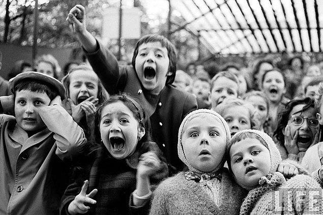 11. Dehşet; Kukla Tiyatrosu'nda Saint George ve Hikâyesi'ni izleyen çocuklar, Paris, 1963