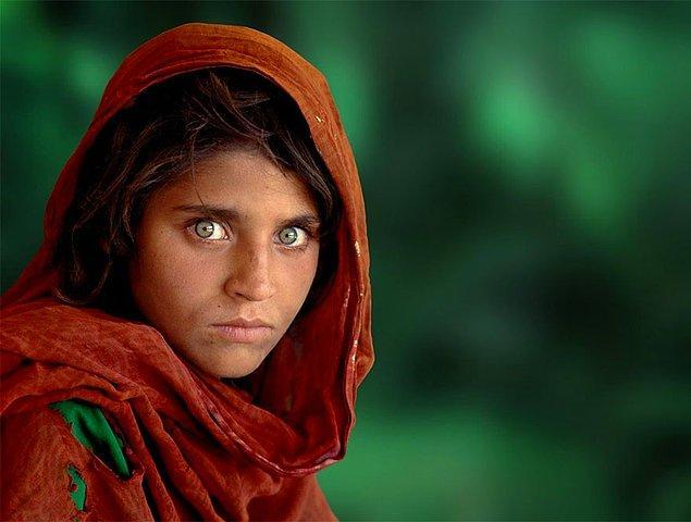 16. Dikkat; Sovyetler Birliği'nin Afganistan'ı bombalanması sırasında yetim kalan ve 1984 yılında Pakistan Nasir Bagh mülteci kampına gönderilen Sharbat Gula.