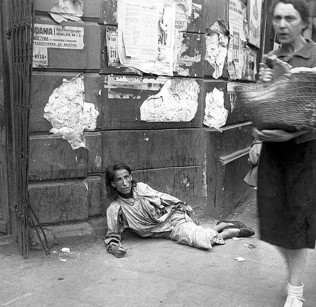 20. Umutsuzluk; Varşova'da açlıktan ölmek üzere olan bir kadın.