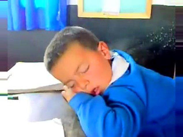 8. Sınıfın En Köşesinde Uyuyan Ara Sıra Kitap Okuyan Cool Öğrenci