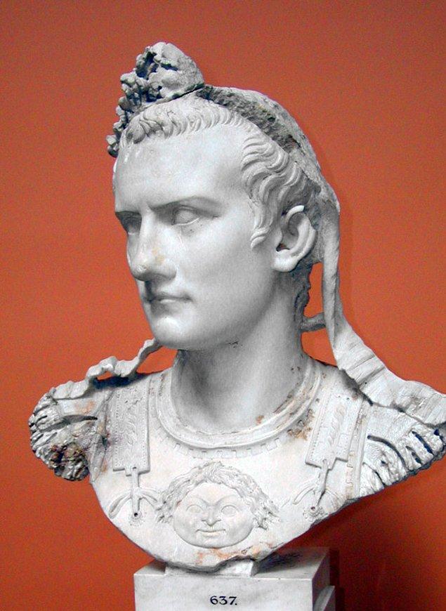 12. MS 37 - 41 arasında hüküm süren Roma'lı hükümdar Caligula askerlerini denize karşı savaşa göndermiş.