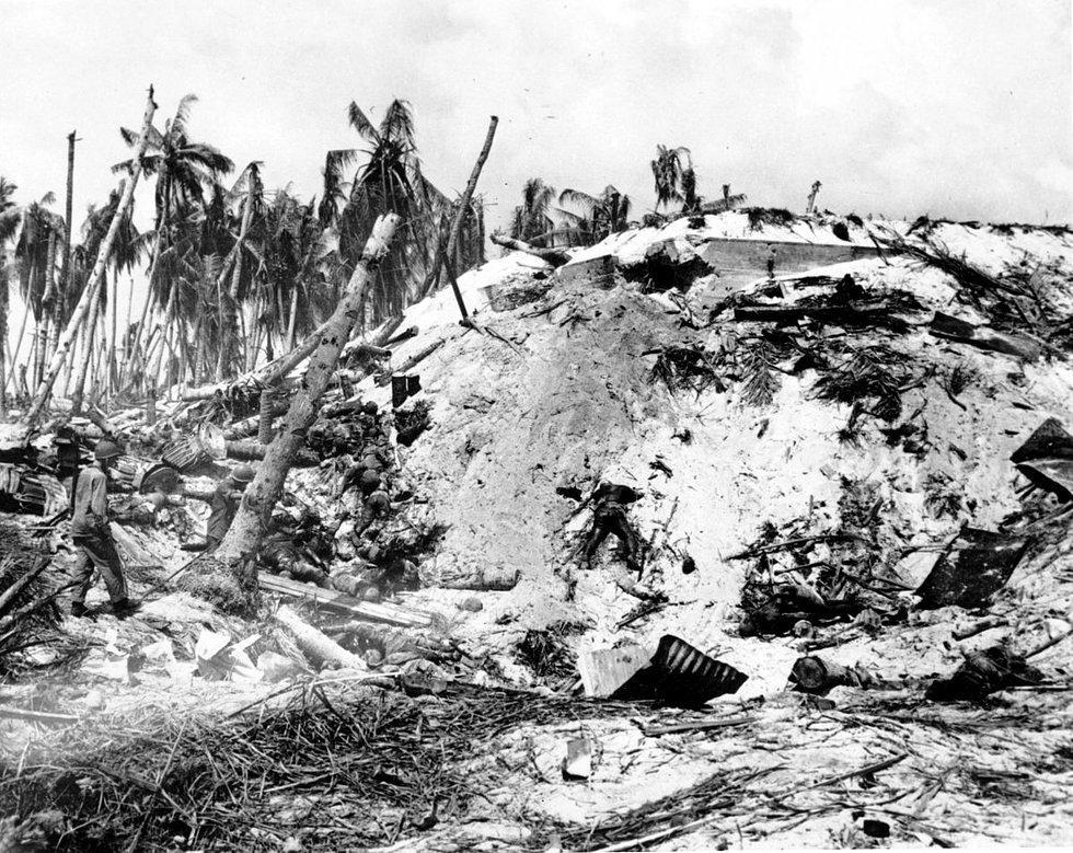 1944 yılında Pulitzer kazanan Frank Filan'ın fotoğrafı. 2. Dünya Savaşı sırasında Güney Pasifik'teki Tarawa adasında çekilmiş. 11 Kasım 1943'de çekilen fotoğrafta Japonya kontrolünde bulunan bir adanın Amerika tarafından ele geçirilmesi sonrası öldürülen Japon askerleri bulunuyor.