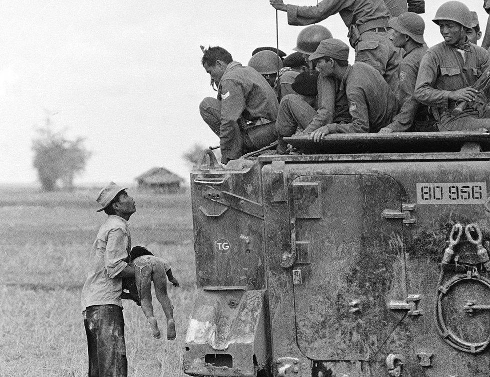 Horst Faas tarafından 19 Mart 1964'de çekilen bu fotoğraf, kendisine 1965'de Pulitzer kazandırmış. Vietnamlı bir çiftçi, ölü çocuğunun bedenini, onun ölümünden sorumlu olan Güney Vietnam askerlerine gösterirken
