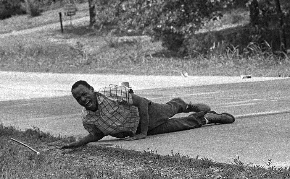 Jack Thornell'e 1967'de Pulitzer kazandıran fotoğraf. Amerikadaki zencilerin oy kullanma hakkı olmasını savunan aktivist James Meredith, vurulduktan saniyeler sonra bu kareyi vermiş. Neyse ki Meredith ölmedi.