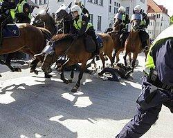 İsveç'te Irkçılık Karşıtı Gösteriye 'Atlı Polis' Saldırısı: Beşi Ağır Onlarca Yaralı