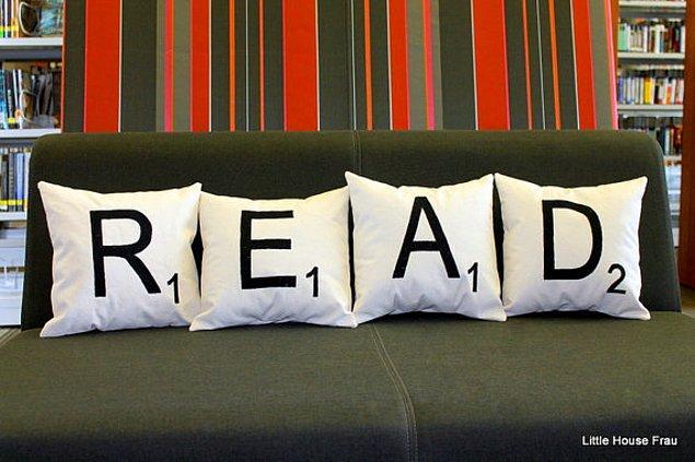 4. Üzerinde yayılıp yapılabileceğiniz en güzel şeyin okumak olduğunu hatırlatan yastıklar