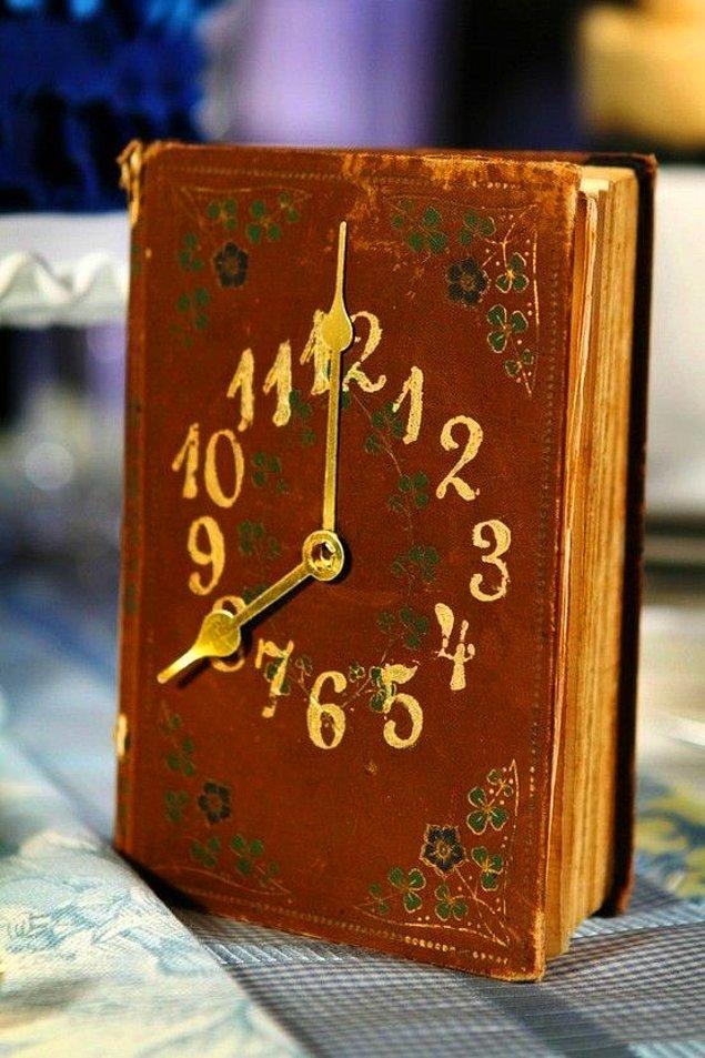 12. Kitap okuma zamanının nihayet geldiğini gösteren masa saati