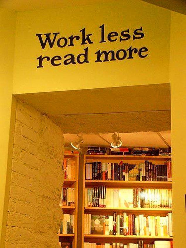 25. Daha az çalışıp daha çok kitap okumanızı hatırlatan duvar sticker'ı