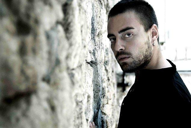 """14. Murat Dalkılıç - """"Bir güzellik yapsana / Gece benle kalsana / Kitabına uydur gel uysa da uymasa da / Çekeceğin var elimden / Alacaklıyım teninden / Ne dediğimi anladın sen / Acil durum uyansana"""""""