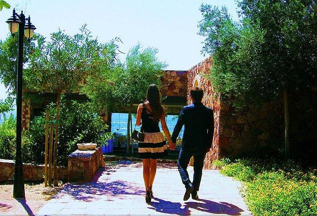Во время прогулок всегда держат друг друга за руку.