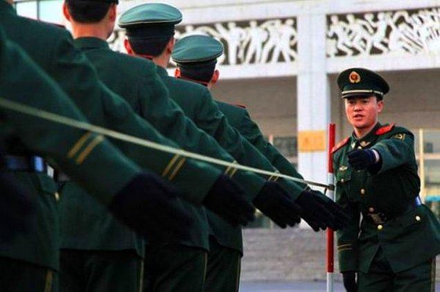 2. Çin Polis Teşkilatı, polislerin yürüyüşlerinde kollarını aynı genişlikte açmalarını öğretmek için, fotoğrafta da görüldüğü gibi direklere bağlanmış tel kullanıyorlar. Bir sonraki adım tellerden elektrik akımı geçmesi olabilir mi ?
