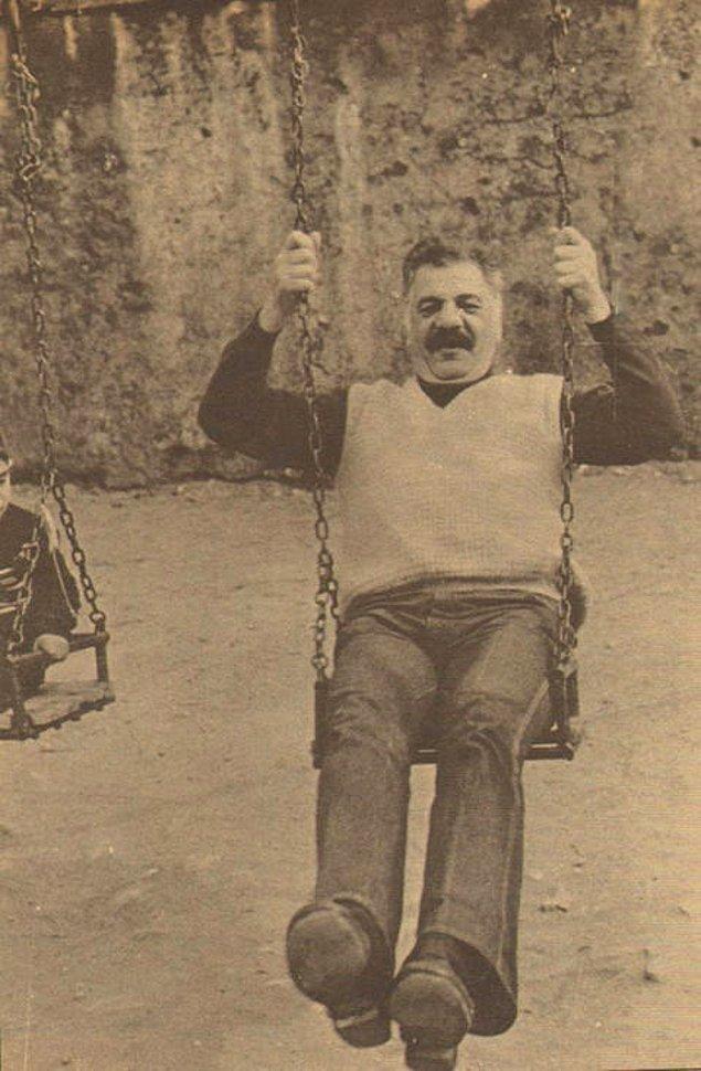 14. Erol Taş, Cankurtaran çocuk parkında eğlenirken.