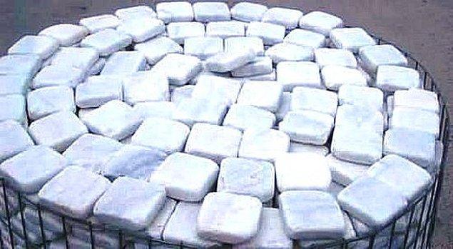 25. Mermer taşlarını tokuşturup yayılan kokuyu koklamak.