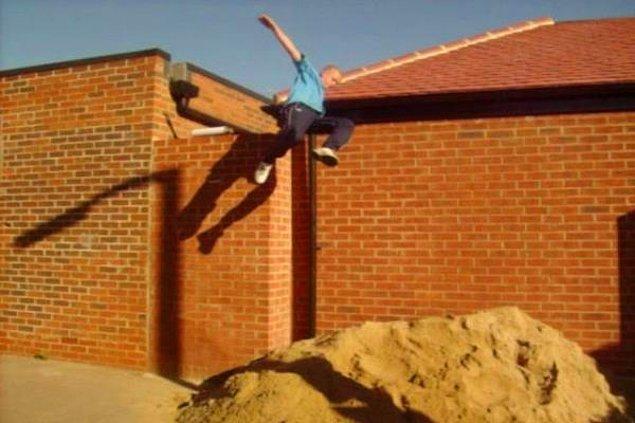 15. Yüksek bir yerden kumun üzerine atlamak.