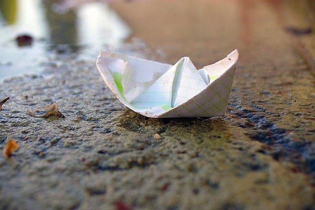 30. Kağıttan gemi yapıp su birikintilerinde yüzdürmek.