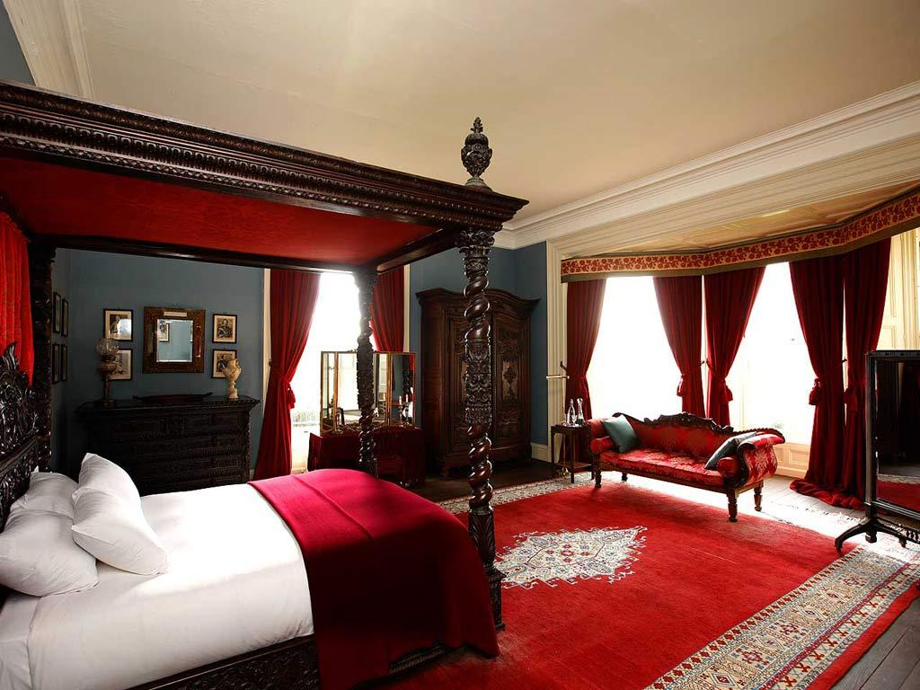 red and black master bedroom - magiel