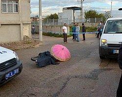 Kara Çarşaflı, Pembe Şemsiyeli Kişi 2 Kişiyi Vurdu