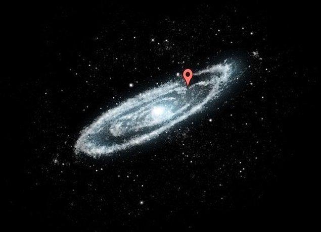 20. Bunun nedeni Samanyolu'nun devasa oluşudur. Samanyolu'nda işte şu kırmızı noktanın olduğu yerdesin.