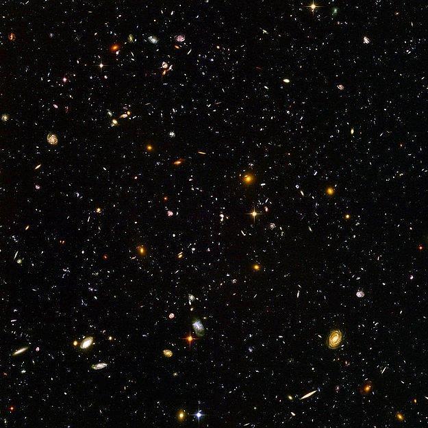 """Давайте посмотрим на большую картину. На этой фотографии, снятой телескопом """"Хаббл"""", можно увидеть тысячи галактик, а в них миллиарды звезд и систем с планетами."""
