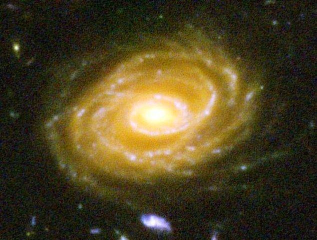 24. İşte o galaksilerden biri, UDF 423. Bu galaksi bizden 10 MİLYAR IŞIK YILI ötede bulunmakta. Bu fotoğrafa baktığınızda milyarlarca yıl öncesine ait geçmişe bakıyorsunuz.