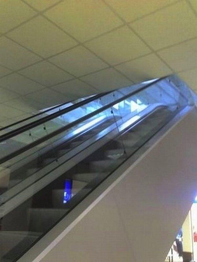 10. Alışveriş merkezlerinde çok fazla zaman ve para harcadığınızı düşünüyorsanız; bu yürüyen merdivenleri kullanıp, kafanızı taşlara vurmak yerine, binanın tavanına vurabilirsiniz...