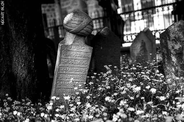 4. Dedelerimizin mezar taşlarını okuyamamanın yarattığı derin üzüntüyü hissettirin.
