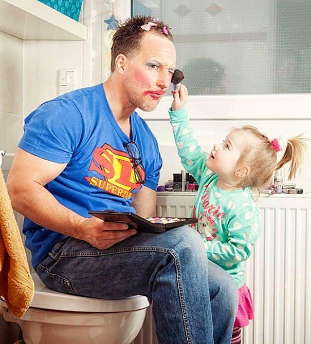 Отец разрешает дочери делать ему макияж.