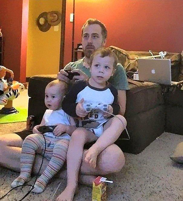 Невинные дети думают, что они играют в игру со своим отцом. Они не присоединены к консулу. :)