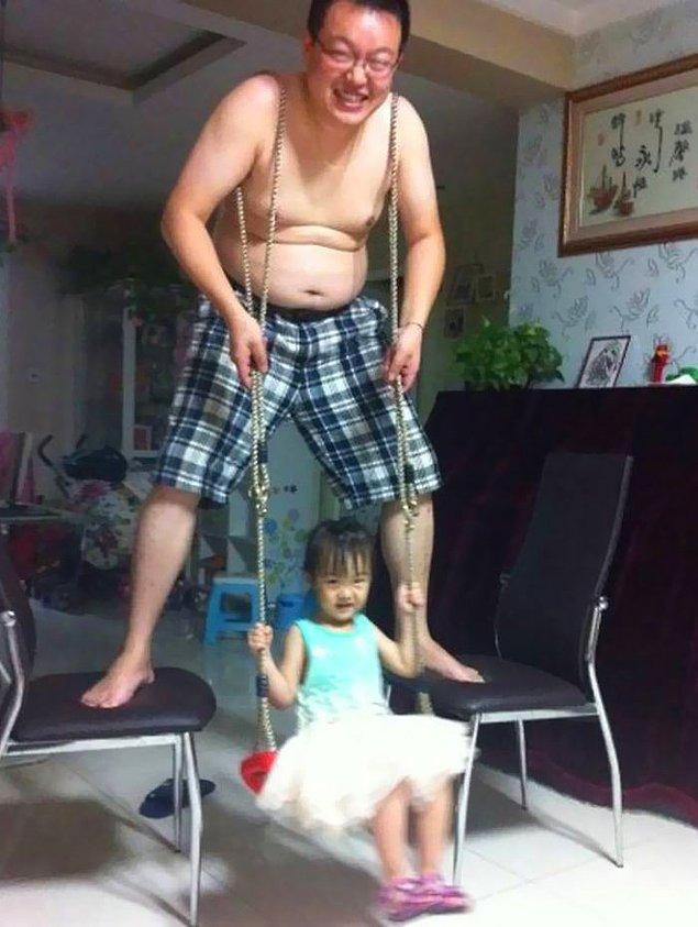 Отец стал качелей для дочери.