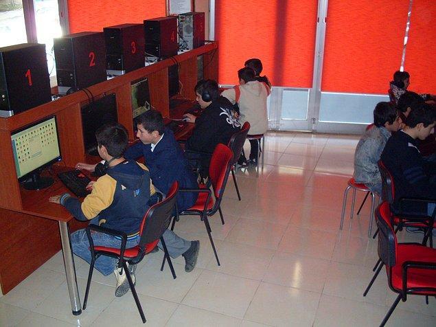 8. Okul çıkış saatlerinde kafenin bir anda üniformalı öğrencilerle dolması alışıldık bir durumdur.