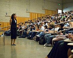 Üniversitede Kadın Akademisyenlere Mini Etek Yasağı!
