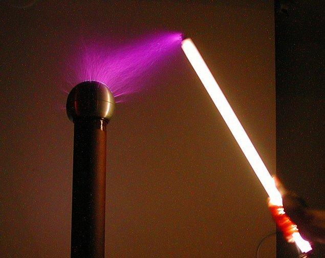 """9. Endüstrinin floresan lambayı """"icat etmesi""""nden 40 yıl kadar önce kendi laboratuvarında floresan lamba kullanıyordu."""