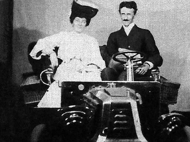 10. Ford ilk motorlu aracı ile gösteriş yaparken yanına giden Tesla bu kadar büyük bir motora gerek olmadığını anlatmış fakat Ford kendini fazla üstün gördüğü için Tesla'yı dinlememiş; bunun üzerine Tesla, ateşleme sistemini icat etmiş ve Ford'a bunu göstermek zorunda kalmıştır.