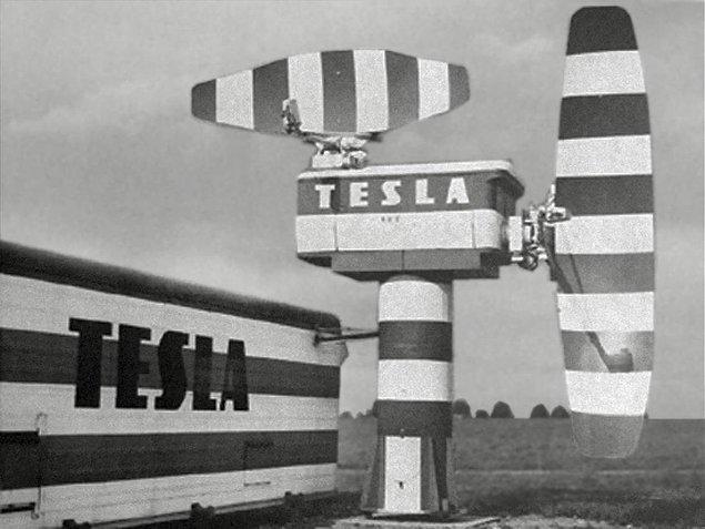 """12. Amerikalılar savaş zamanında Alman denizaltılarını bulabilmek için Edison'dan yardım istemiş ve Tesla'nın önerisi olan """"enerji dalgalarını kullanalım"""" fikrine Edison'un şiddetle karşı çıkması sebebiyle bugün """"radar"""" dediğimiz aygıt 25 yıl geç keşfedilmiştir."""